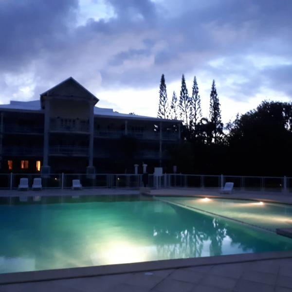 La piscine, la nuit avec ses reflets