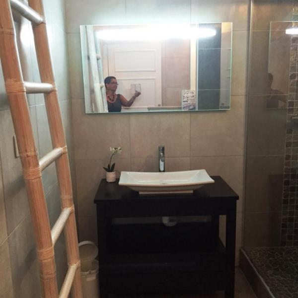 La salle de bains côté lavabo